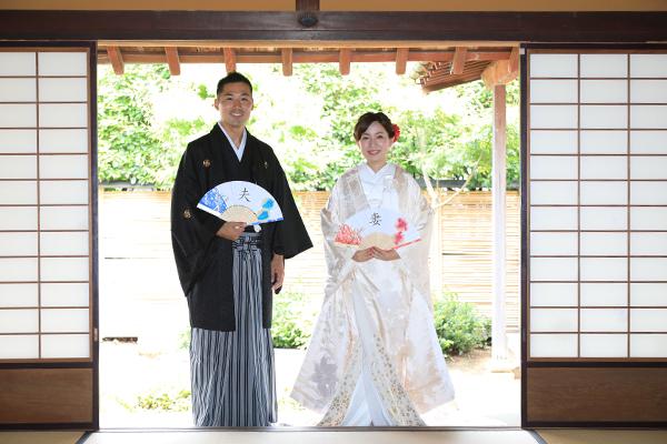 夫と妻の扇の新郎新婦