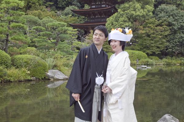 瑠璃光寺五重塔の池の前の写真