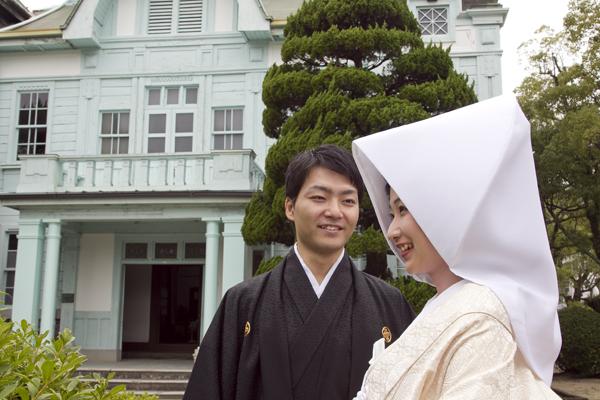 山口高校記念館前で結婚式の前撮り写真