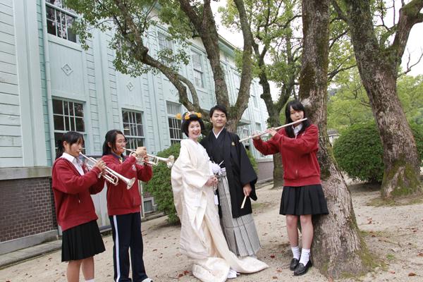 山口高校記念館でブラスバンドの高校生が音楽を新郎新婦にプレゼント