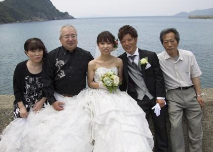 ご両親と日本海をバックに