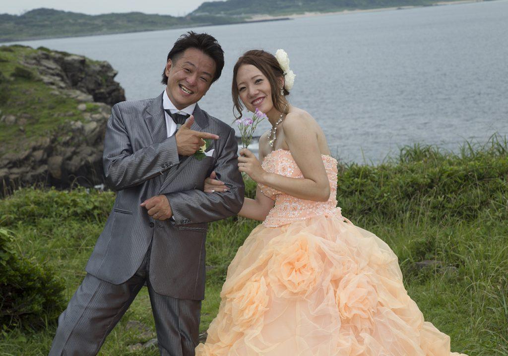 野の花を花嫁にあげる新郎