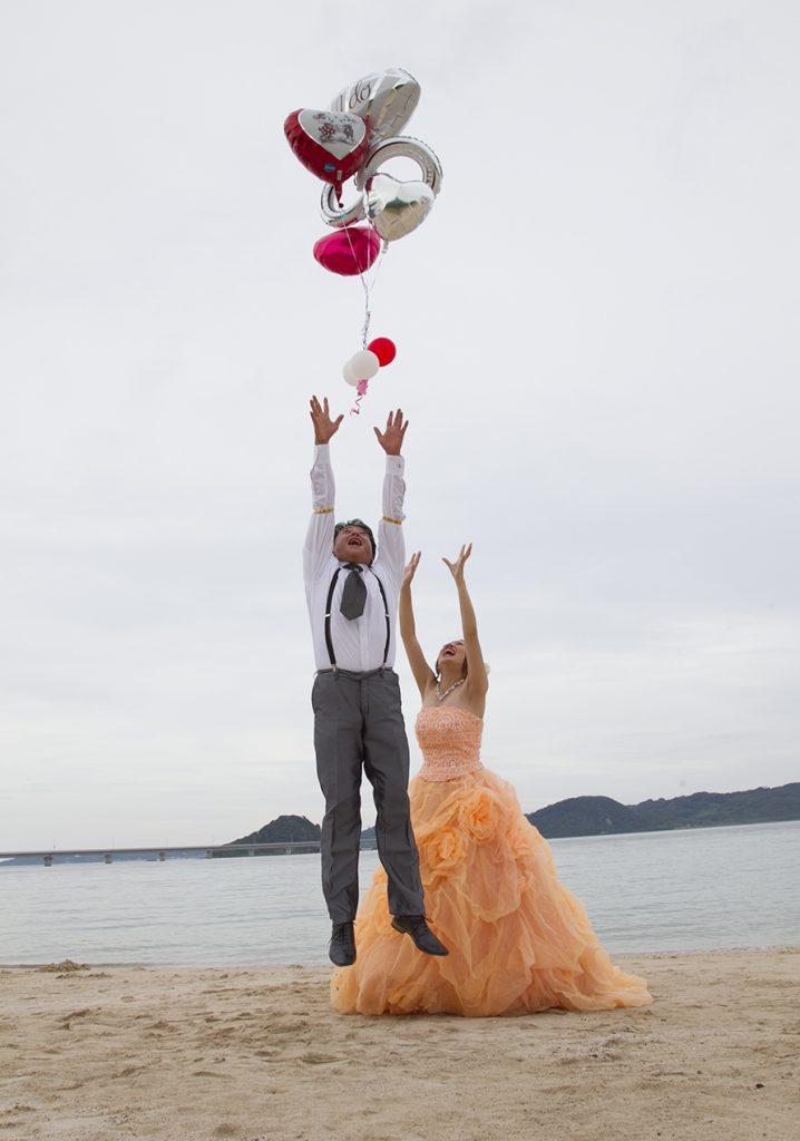 飛んでいく風船と新郎