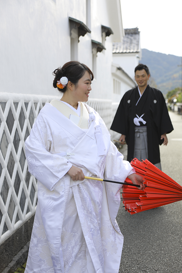 赤い和傘の新婦