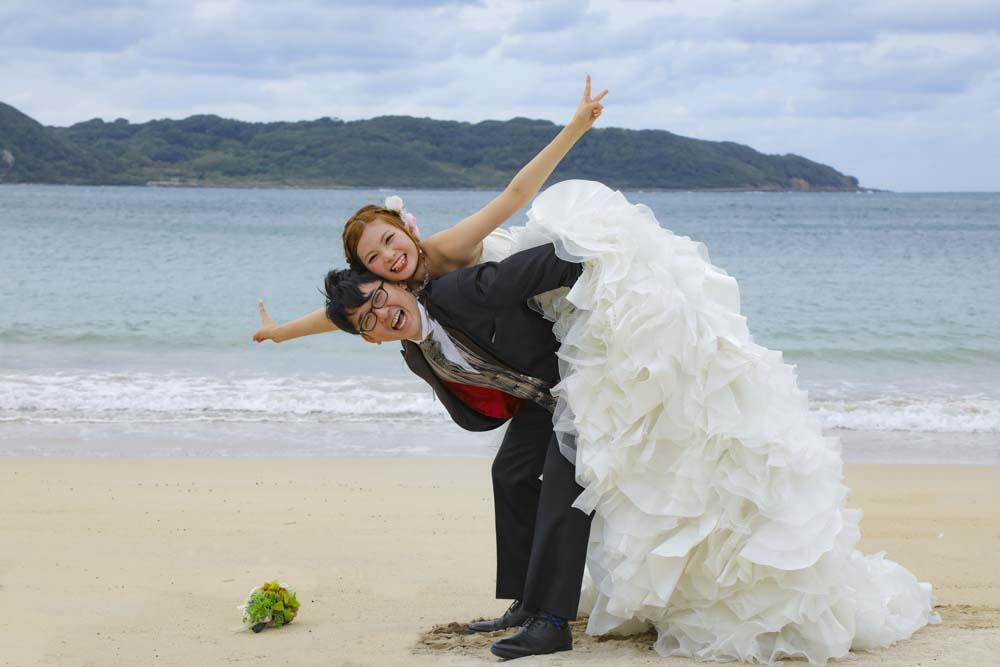 おんぶされた花嫁