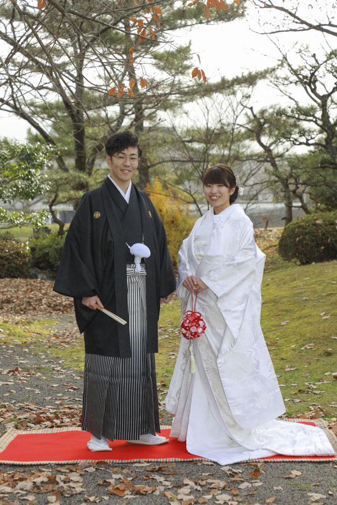 秋の庭園で結婚写真